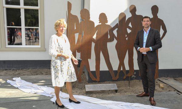 Onthulling kunstwerk Buitenplaats Ockenburgh.(v.l.n.r. Willy de Zoete en Robert van Asten)