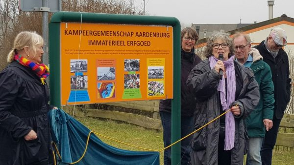 Onthulling van het bord 'Immaterieel Erfgoed' door wethouder Willeke van Ammelrooij