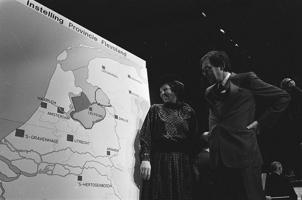 Officiële openingshandelingen bij de oprichting van de provincie Flevoland.