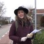 Archeologiestudent Maaike gaat langs de deuren op zoek naar de historie van Hoogkarspel