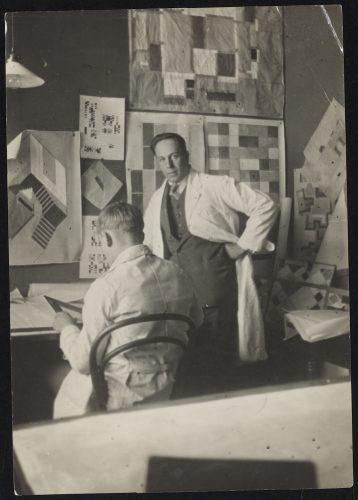 Hans van Arp en Theo van Doesburg in het Atelier van van Doesburg.