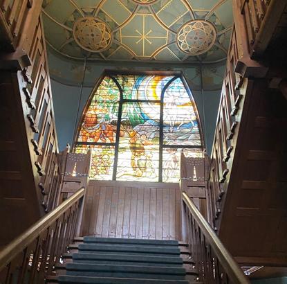 Een van de vele te restaureren glas-in-loodramen