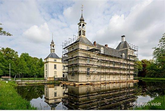 Huys te Warmont in de steigers. Dit rijksmonument wordt gerestaureerd met een financiële bijdrage van onder meer provincie Zuid-Holland.