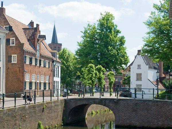 Een foto van een brug in het oude centrum van Amersfoort.